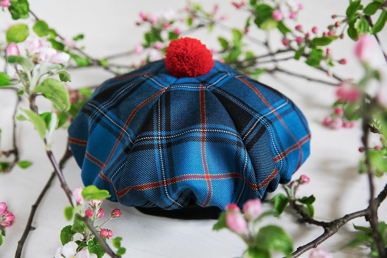 Punase tutiga šoti müts