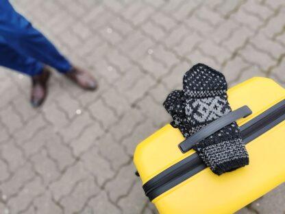 Mustvalged kindad kohvri peal