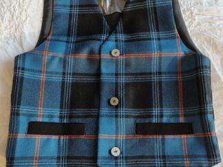 Pildil lapse eesti tartan vest